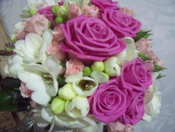 Ramo colorido con rosas de color rosa