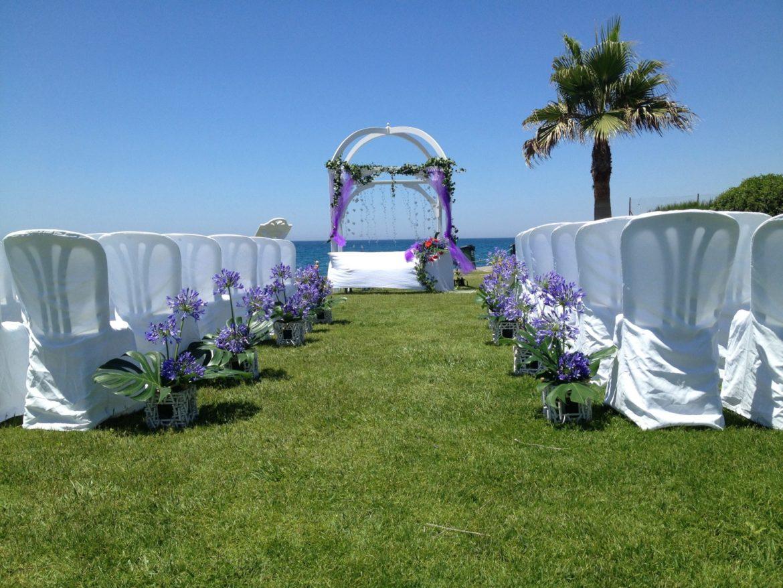 Decoración pasillo boda lila exterior frontal
