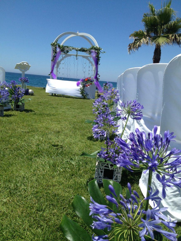 Decoración pasillo boda lila exterior