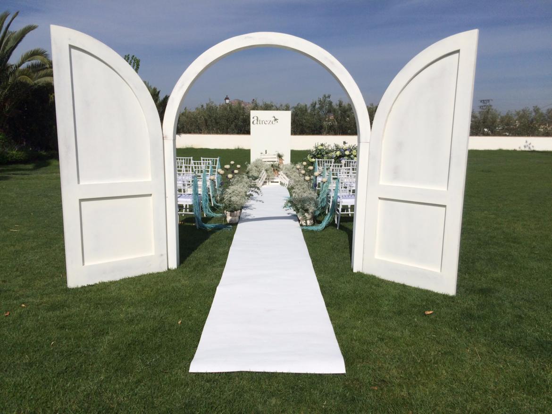 puerta blanca boda exterior