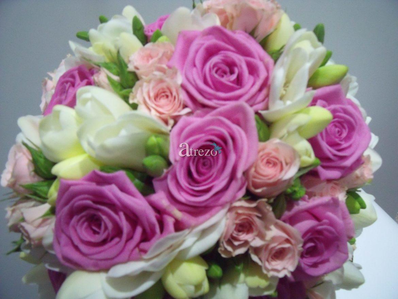 Rosa con toques blancos y verdes arriba