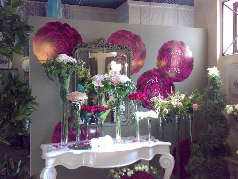 Uso de flores para decorar rincones en tiendas de decoración