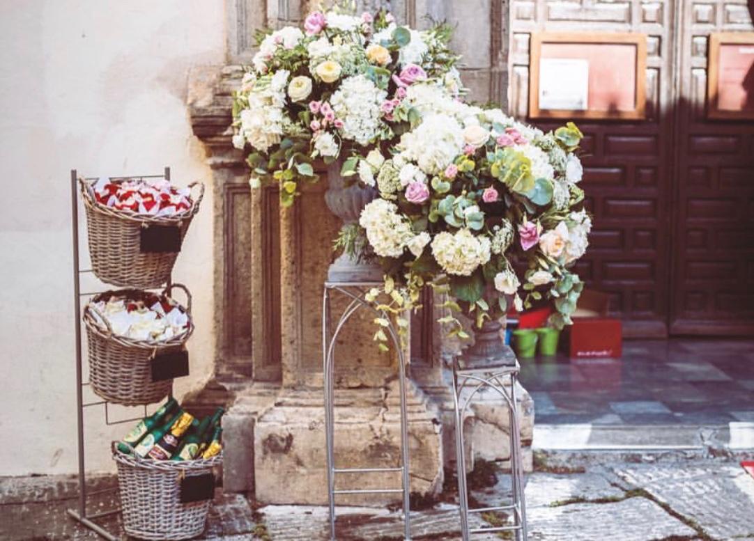 Flores En La Puerta De La Iglesia Boda Catolica Granada