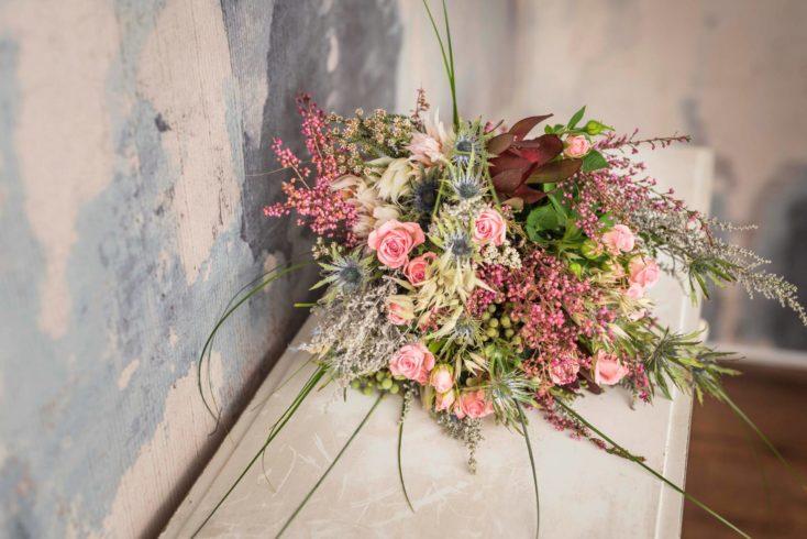 Ramo De Flores Silvestres En Tonos Rosas