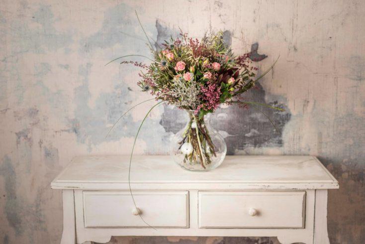 Ramo Silvestre De Flores En Tonos Rosas