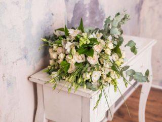 Ramo Variado Premium De Flores En Tonos Blancos