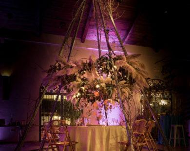 Cabaña de ramas para decorar una mesa de novios en boda