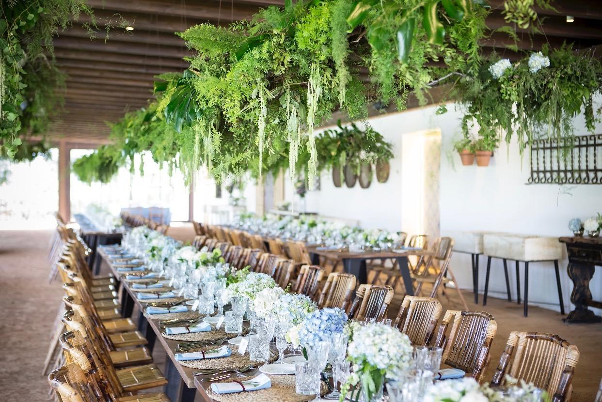 Mesas decoradas con centros de mesa de flores - Atrezo Floristas