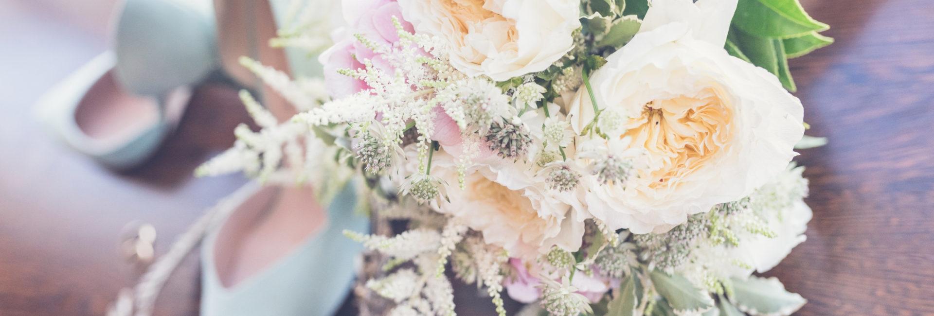 Ramo de novia con flores blancas y rosas - Atrezo Floristas
