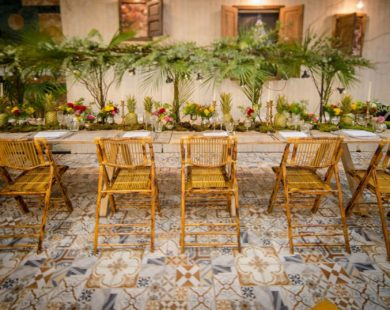 Mesa y sillas boda tropical